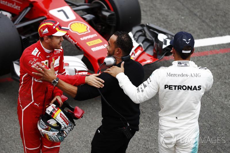 Lewis Hamilton comemora pole do GP dos EUA de 2017 com Nicolas Hamilton, que também cumprimenta Sebastian Vettel