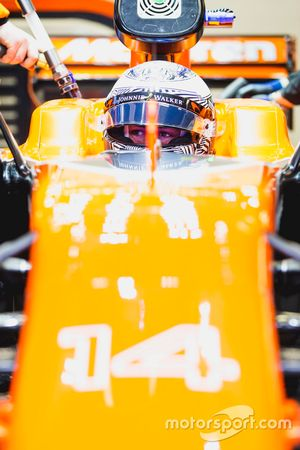 Fernando Alonso, McLaren, en cabina con la visera del casco levantada