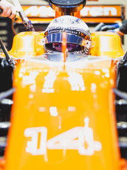 Фернандо Алонсо в боксах с открытым забралом шлема, McLaren