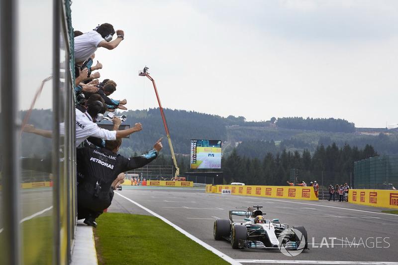 Lewis Hamilton, Mercedes AMG F1 W08, racewinnaar, passeert de finishlijn