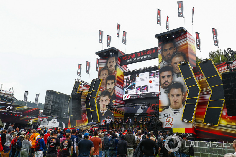 Chicas de la parrilla en el escenario de la F1 Fanzone