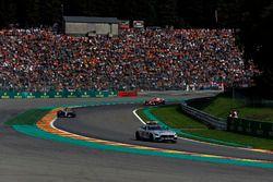 Coche de seguridad lidera a Lewis Hamilton, Mercedes-Benz F1 W08 al inicio