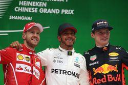 Подиум: обладатель второго места Себастьян Феттель, Ferrari, победитель Льюис Хэмилтон, Mercedes AMG