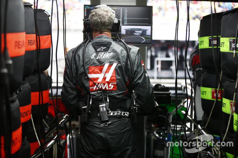 Ingenieur des Haas F1 Teams arbeitet in der Box
