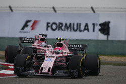 Esteban Ocon, Force India VJM10, lidera a Sergio Pérez, Force India VJM10