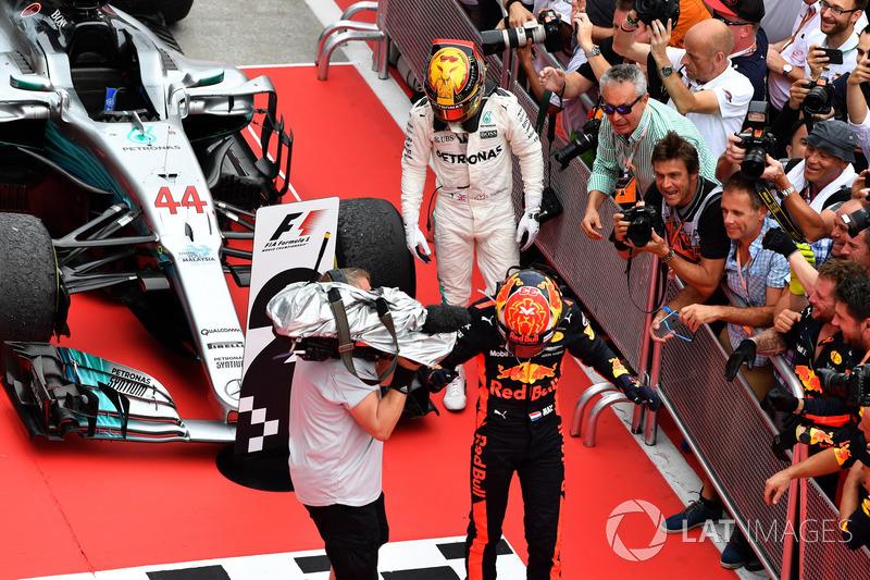 Max Verstappen, Red Bull Racing e Lewis Hamilton, Mercedes AMG F1 festeggiano nel parco chiuso