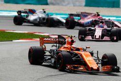 Stoffel Vandoorne, McLaren MCL32, Sergio Perez, Sahara Force India F1 VJM10, Esteban Ocon, Sahara Fo