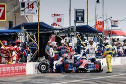 Carlos Muñoz, A.J. Foyt Enterprises Chevrolet pit stop