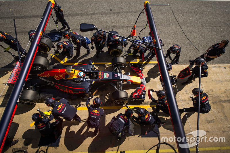 Daniel Ricciardo, Red Bull Racing RB13 s'arrête aux stands