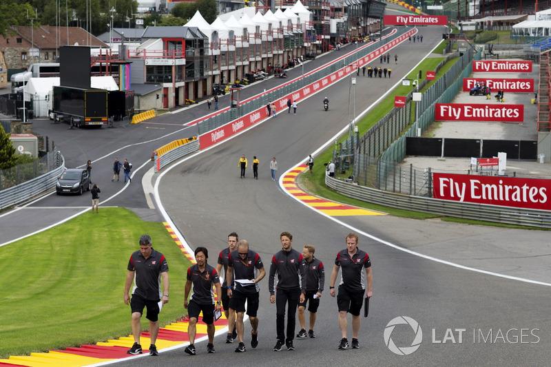 Romain Grosjean, Haas F1 Team, cammina lungo il circuito con il team