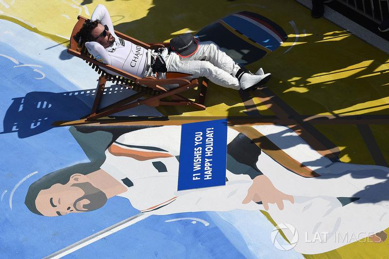Fernando Alonso, McLaren su una sedia a sdraio nel parco chiuso