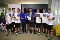 Lin Jarvis, directeur général Yamaha Factory Racing, et Alessio Salucci, directeur de la VR46 Riders Academy, avec les participants au 4e Yamaha VR46 Master Camp