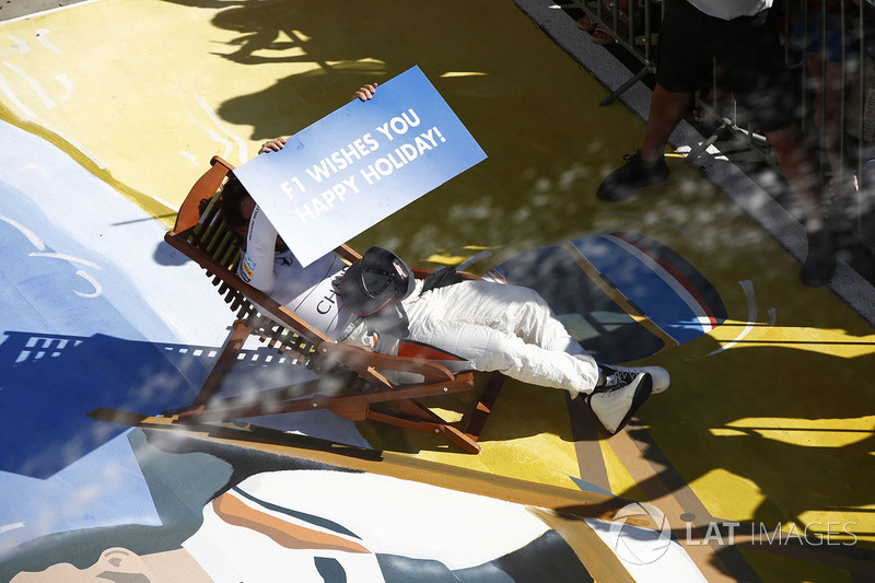 Fernando Alonso, McLaren, wishes everybody a happy holiday from his deck chair