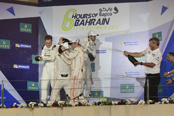 بطل العالم فريق رقم 2 فريق بورشه 919 الهجينة: رومان دوما، نيل ياني، مارك لوب
