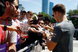 Stoffel Vandoorne, McLaren, firma autógrafos para los aficionados.