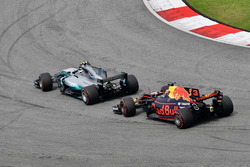 Valtteri Bottas, Mercedes-Benz F1 W08 precede Daniel Ricciardo, Red Bull Racing RB13