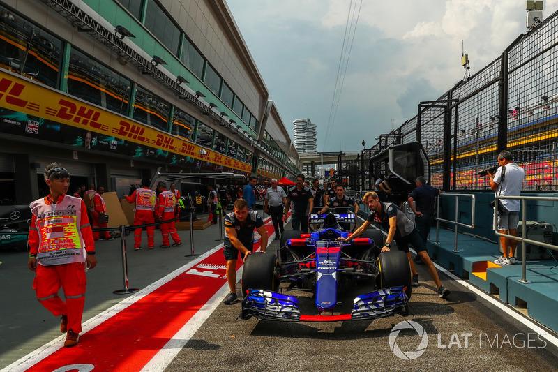 Scuderia Toro Rosso mechanics, Scuderia Toro Rosso STR12 nella pit lane