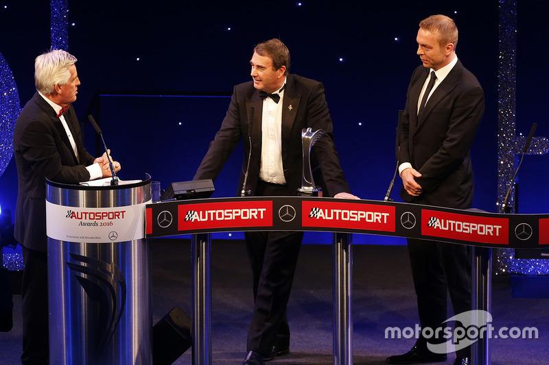 Nigel Mansell con Sir Chris Hoy y Steve Rider después de recibir el Gregor Grant Award
