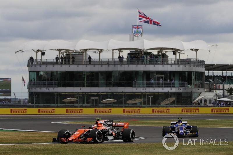 Stoffel Vandoorne, McLaren MCL32, Pascal Wehrlein, Sauber C36