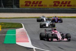 Esteban Ocon, Sahara Force India F1 VJM10, Felipe Massa, Williams FW40