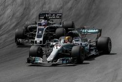 Льюис Хэмилтон, Mercedes AMG F1 W08, и Ромен Грожан, Haas F1 Team VF-17