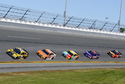 Matt Kenseth, Joe Gibbs Racing Toyota, Daniel Suárez, Joe Gibbs Racing Toyota, Kyle Busch, Joe Gibbs Racing Toyota, Denny Hamlin, Joe Gibbs Racing Toyota y Martin Truex Jr., Furniture Row Racing Toyota