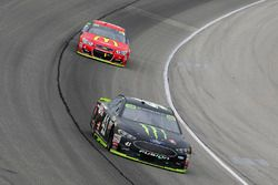 Kurt Busch, Stewart-Haas Racing Ford, Jamie McMurray, Chip Ganassi Racing Chevrolet