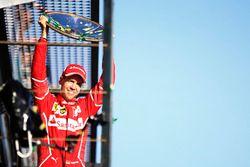 Sebastian Vettel, Ferrari, levanta el trofeo en el podio después de ganar la carrera