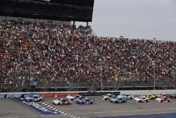 Kyle Busch, Joe Gibbs Racing Toyota Brad Keselowski, Team Penske Ford start