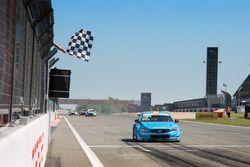 Checkered flag for Thed Björk, Polestar Cyan Racing, Volvo S60 Polestar TC1