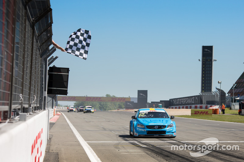 Checkered flag for Thed Björk, Polestar Cyan Racing, Volvo S60 Polestar TC1