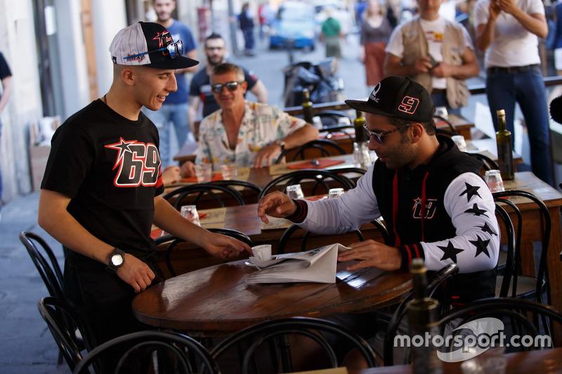 Moto3-Pilot Andrea Migno und Danilo Petrucci mit T-Shirt, Cap und Jacke