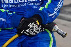 Mechaniker von Roush Fenway Racing mit Schlagschrauber