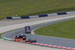 Max Verstappen y Daniel Ricciardo compiten con un Aston Martin y una caravana