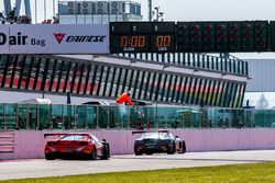Bandera a cuadros para #84 Mercedes-AMG Team HTP Motorsport, Mercedes-AMG GT3: Maximilian Buhk, Fran