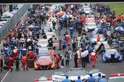 グリッドに並び、スタートに備える各車