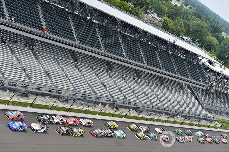 Elliott Sadler, JR Motorsports Chevrolet, Erik Jones, Joe Gibbs Racing Toyota