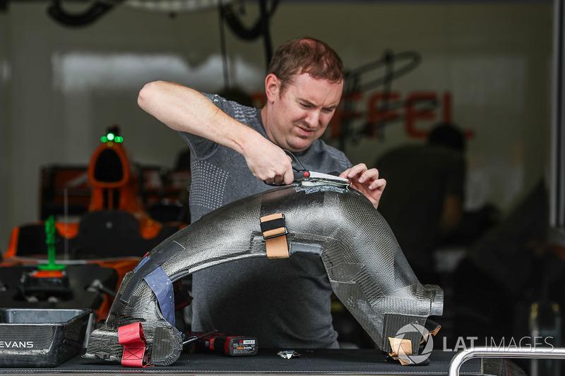 McLaren MCL32 kokpit