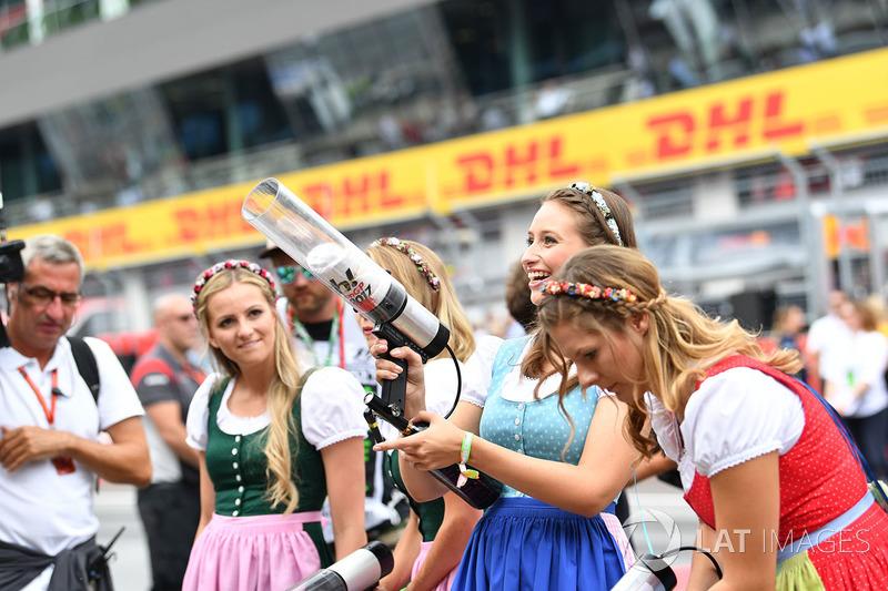 Chicas de la parrilla animan a los fans