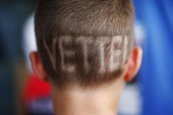 Un giovane tifoso con un taglio di capelli in supporto di Sebastian Vettel, Ferrari