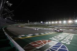 Christopher Bell, Kyle Busch Motorsports Toyota se lleva la bandera a cuadros