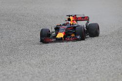 Daniel Ricciardo, Red Bull Racing RB13 sort large dans les graviers