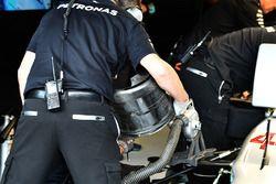 Monteurs werken aan de voortrein van Lewis Hamilton, Mercedes AMG F1 W08