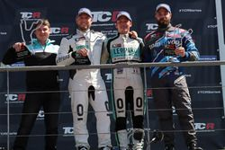 Podio: il vincitore della gara Jean-Karl Vernay, Leopard Racing Team WRT, Volkswagen Golf GTi TCR, il secondo classificato Rob Huff, Leopard Racing Team WRT, Volkswagen Golf GTi TCR, il terzo classificato Stefano Comini, Comtoyou Racing, Audi RS3 LMS