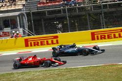 Lewis Hamilton, Mercedes AMG F1 W08, battles, Sebastian Vettel, Ferrari SF70H
