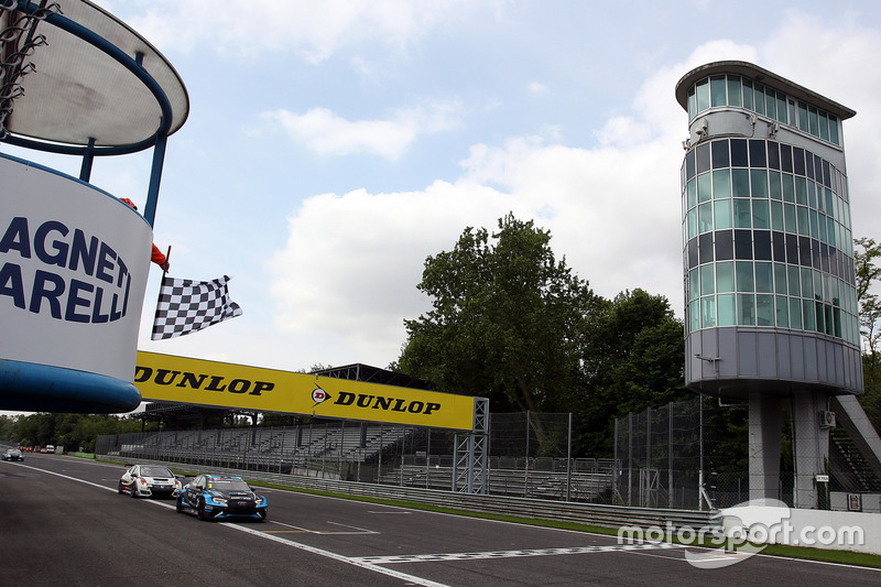 Checkered flag for Stefano Comini, Comtoyou Racing, Audi RS3 LMS