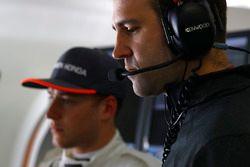 Stoffel Vandoorne, McLaren, mit Tom Stallard, McLaren, Renningenieur