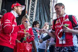 Sebastian Vettel, Ferrari firma de autógrafos para los fans