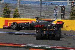 Unfall: Romain Grosjean, Haas F1 Team VF-17; Jolyon Palmer, Renault Sport F1 Team RS17