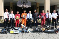 Sapta Kunta Purnama, Joko Nurkamto, Ravik Karsidi, Darsono, dan Bambang Dwi Wahyudi Berfoto bersama Empat Mahasiswa UNS dan UPI usai Pelaksanaan Test Drive